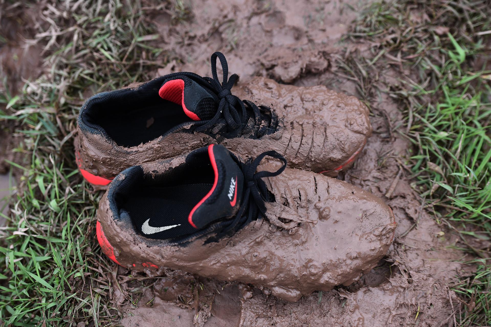 Heramo.com-giặt giày bị dính bùn-hình-01