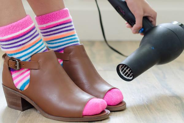 heramo.com - 4 mẹo khử mùi giày, cách 2 khử mùi bằng máy sấy