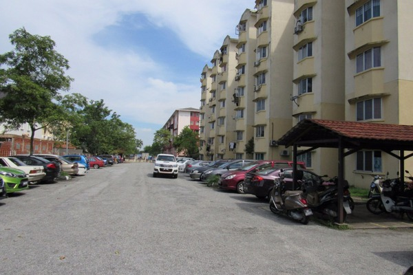 For Sale Apartment at Subang Suria, Subang Leasehold Unfurnished 3R/2B 199k