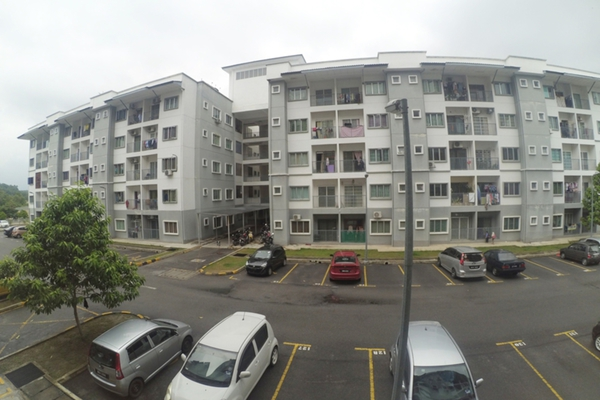 For Sale Apartment at Taman Universiti Indah, Seri Kembangan Freehold Semi Furnished 3R/2B 298k