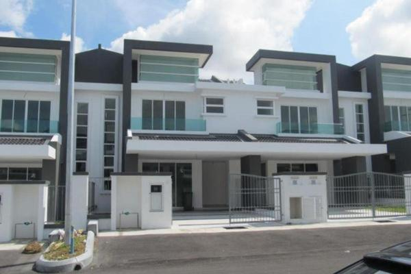 For Sale Terrace at Tiara East, Semenyih Freehold Semi Furnished 5R/3B 600k
