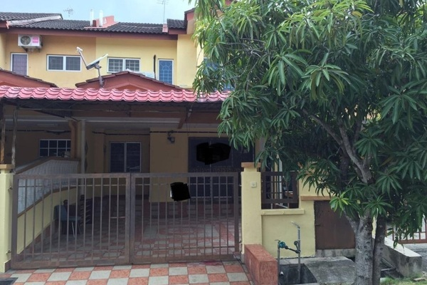 For Sale Terrace at Taman Universiti, Bangi Freehold Semi Furnished 4R/3B 470k