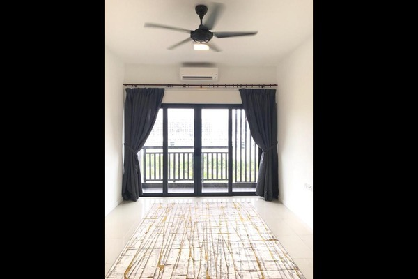 For Sale Condominium at Suria Residence, Bukit Jelutong Freehold Semi Furnished 2R/2B 580k