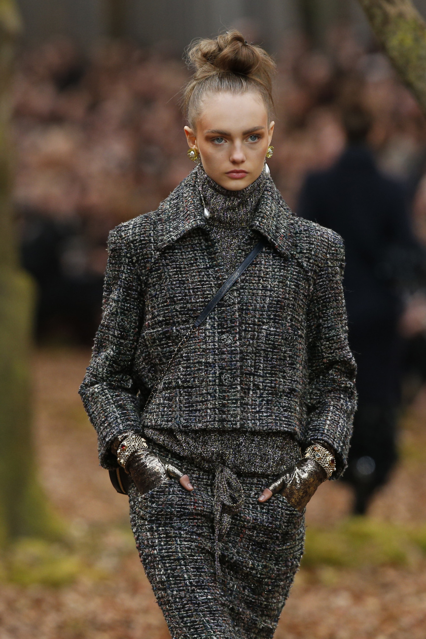 Chanel Caps Paris With Ode To Fall Stars Out At Vuitton Sunonline