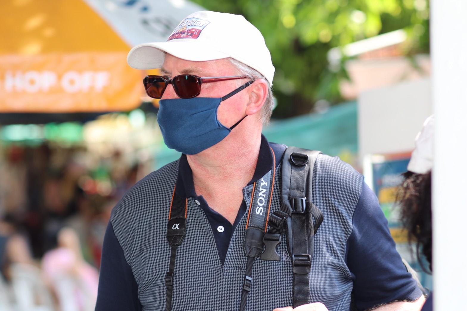 นักท่องเที่ยวสวมหน้ากากอนามัย