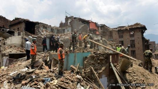 จนท.เนปาลยังค้นหาผู้รอดชีวิตจากแผ่นดินไหว ปชช.ไม่กล้าเข้าบ้านหวั่นแผ่นดินไหวซ้ำ
