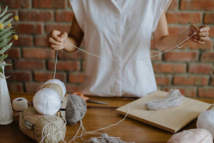 09-DIY-Yarn-Tassle-Wedding-Backdrop