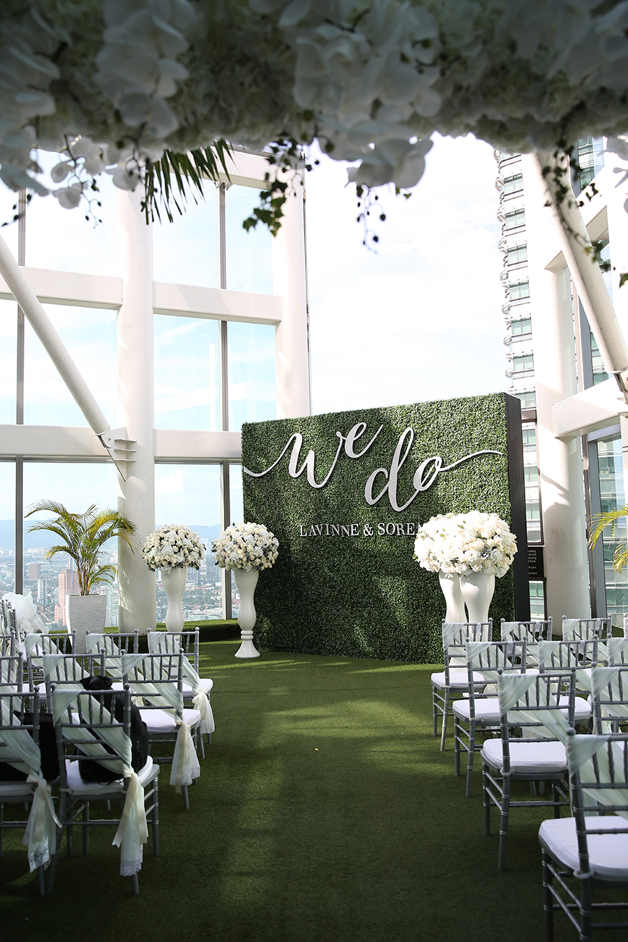 The wedding scoop decor and flowers by wishing tree photography by axioo via soren and lavinnes breathtaking wedding on the 57 floor of the petronas towers junglespirit Choice Image