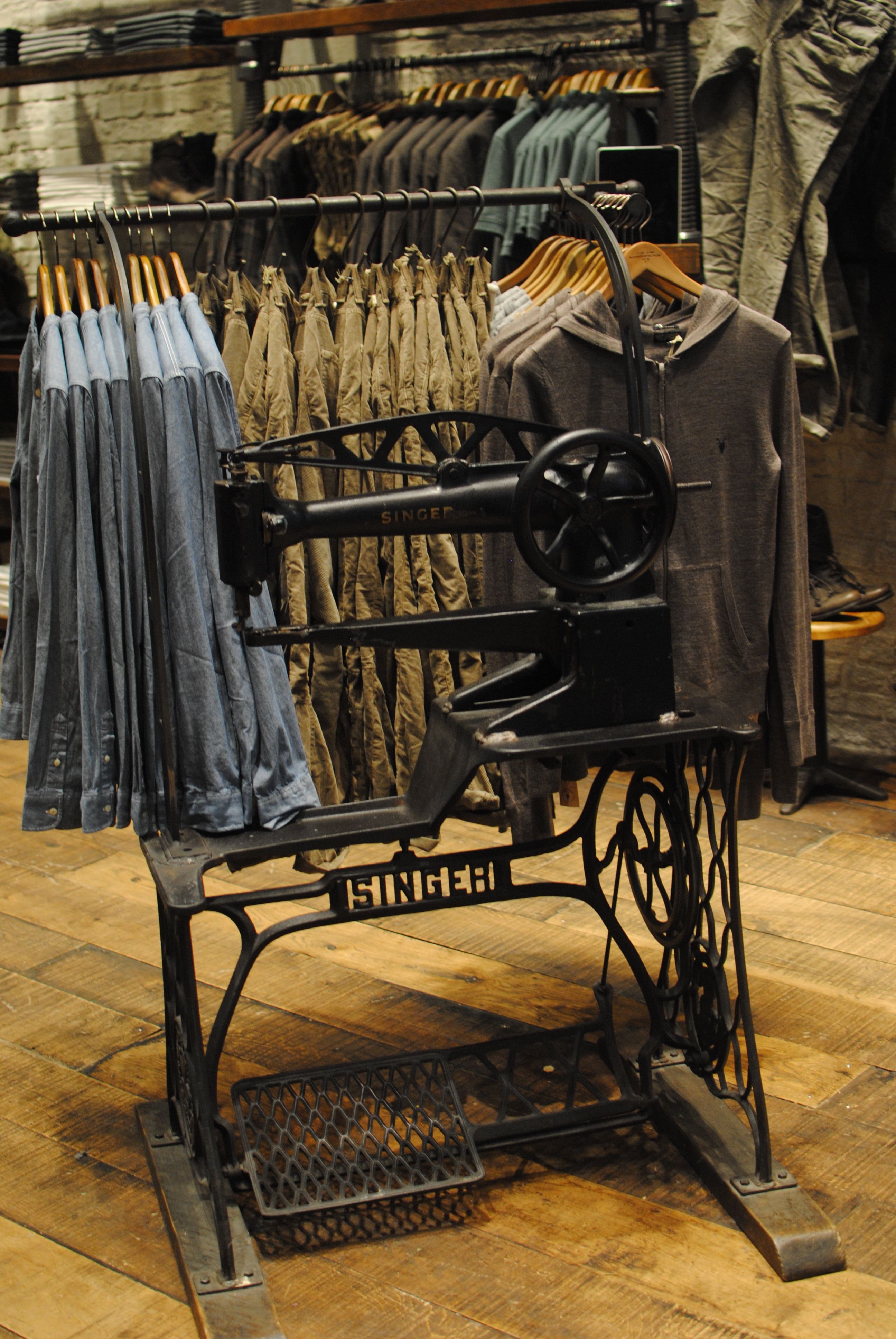 thiết kế shop quần áo công nghiệp