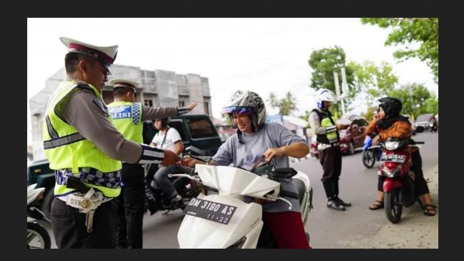 Polisi tengah melakukan razia