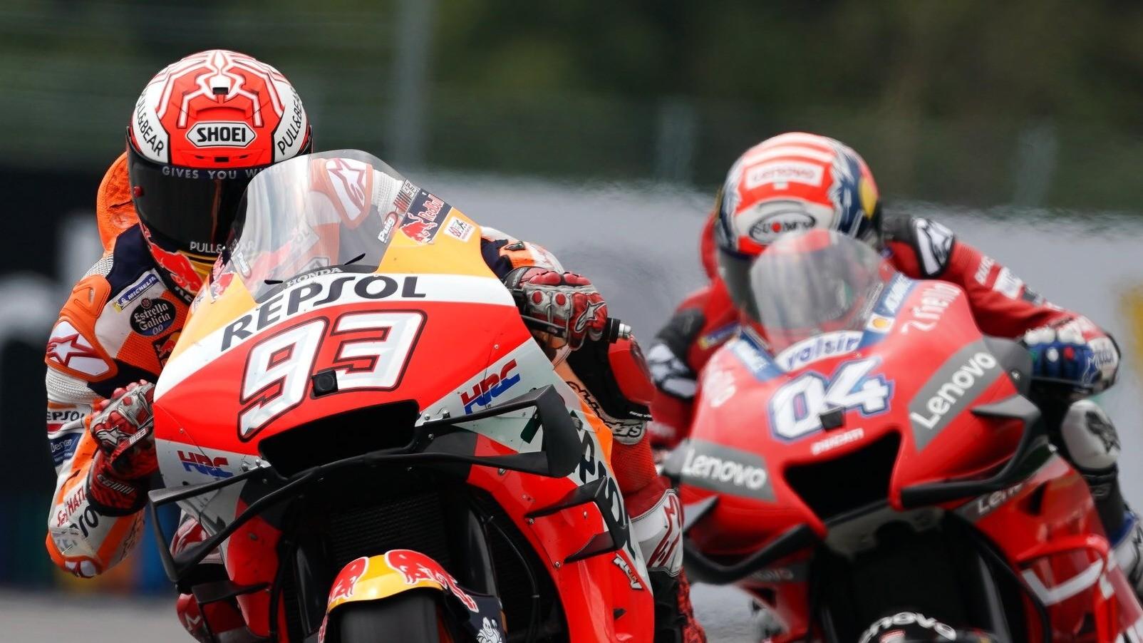 Marc Marquez dan Andrea Dovizioso (belakang) di MotoGP Austria
