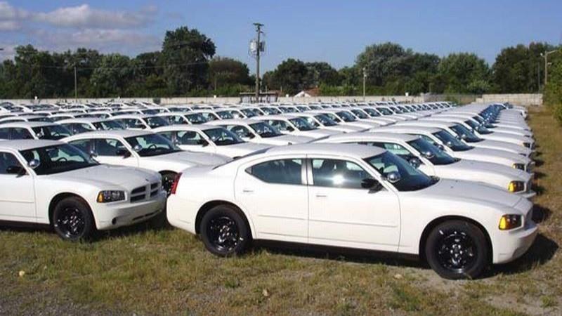Mobil warna putih.