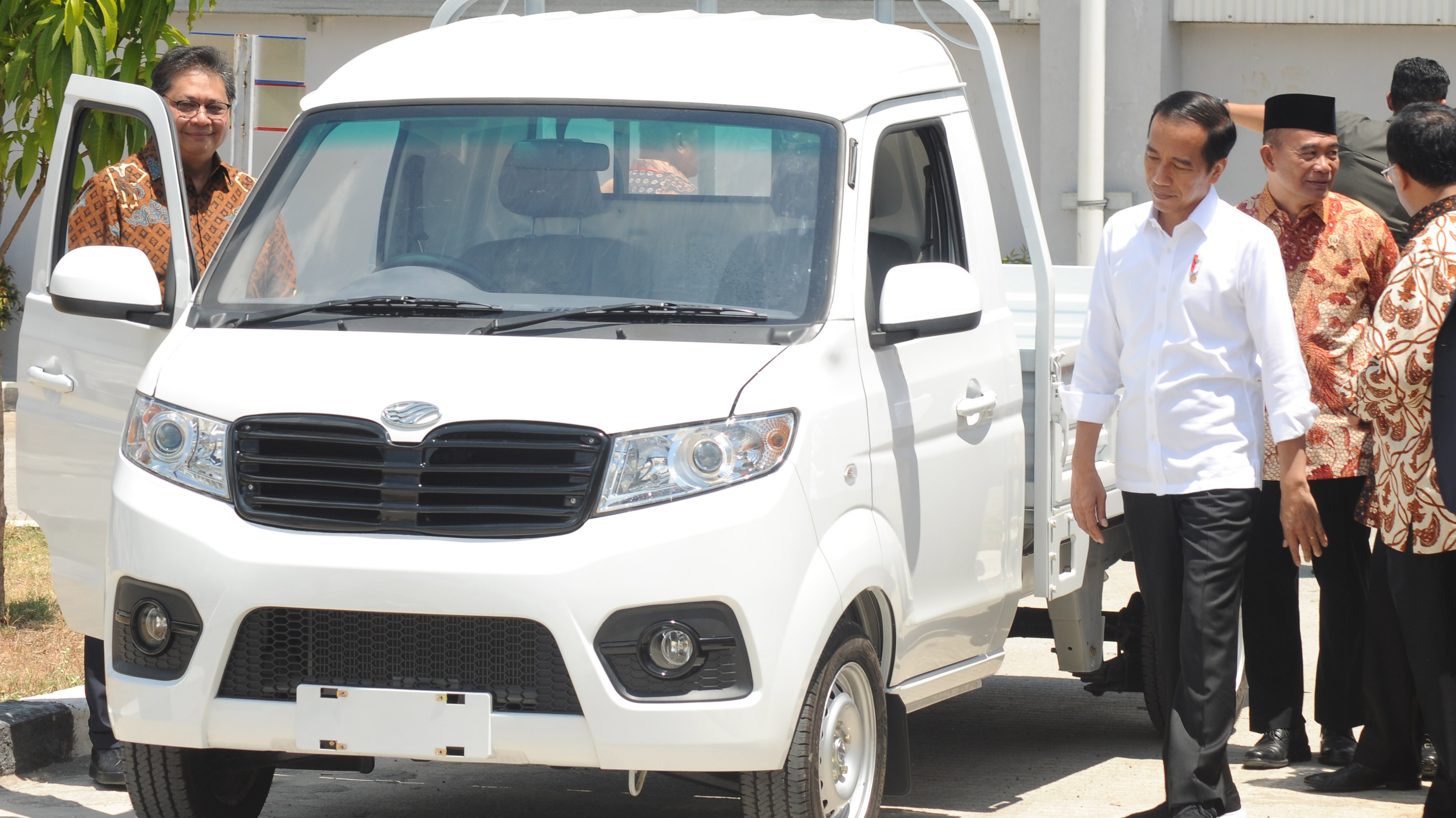 Presiden Jokowi resmikan mobil Esemka.