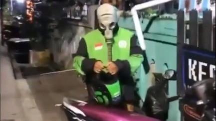 Driver Ojol Pakai Masker Antiradiasi