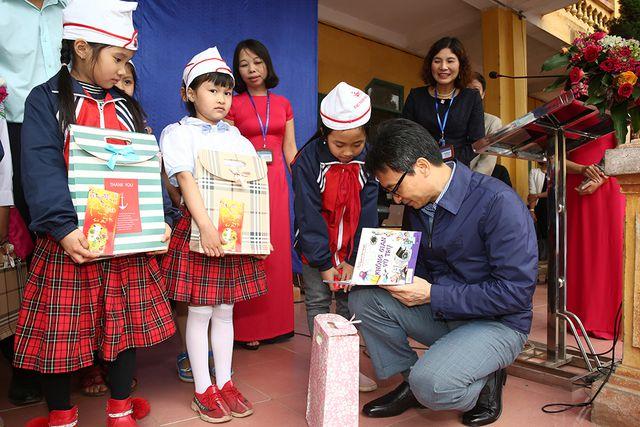 Phó Thủ tướng Vũ Đức Đam tặng sách cho các em  học sinh tiểu học