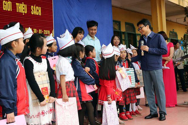 Phó Thủ tướng Vũ Đức Đam trò chuyện cùng các bạn học sinh tieuhoc