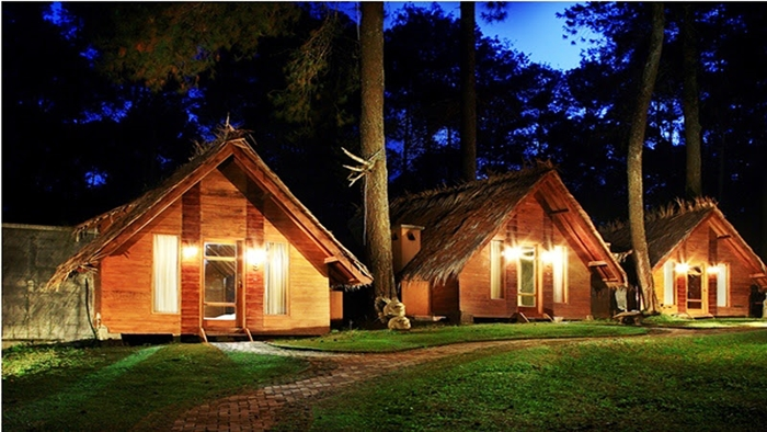 Suasana di malam hari di pondok wisata alam rumah hobbit grafika cikole lembang