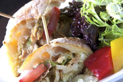 嫩煎香草雞肉巧巴達三明治