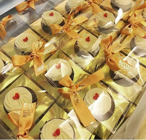 Classic transparent cupcake box with hand-tied ribbon