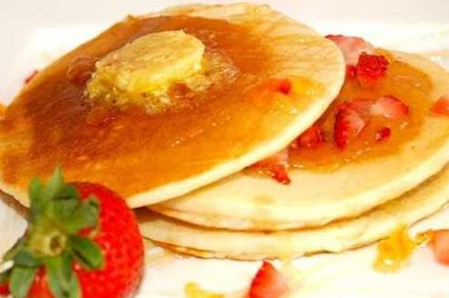 Eggless Mini-Pancakes with Maple Syrup & Strawberries