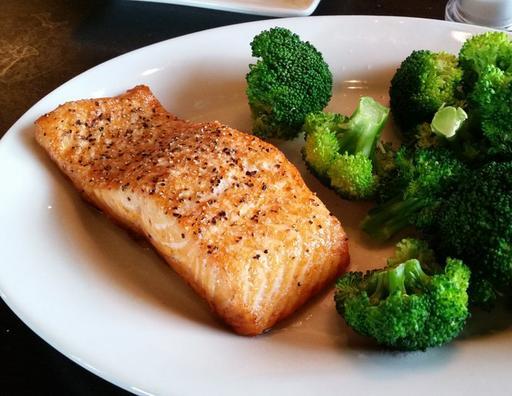 #Pan-Grilled Atlantic Salmon with Broccoli [cs]