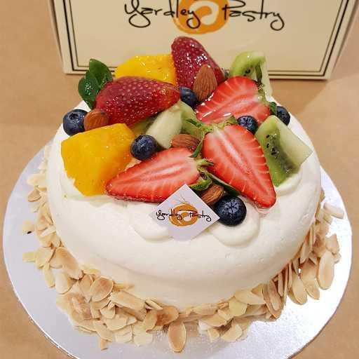 R.Fresh Fruit Cake 半圆鲜果生日蛋糕(Not recommended delivery)