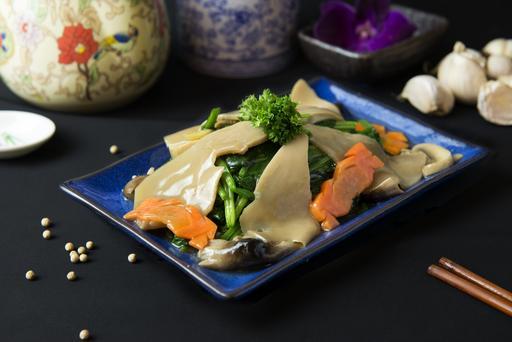 Sauteed Spinach with Mushroom 百灵菇扒菠菜