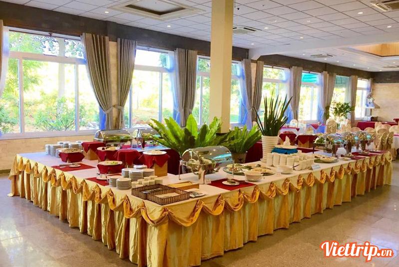 Khu vực nhà hàng rộng với nhiều món ăn Á - Âu