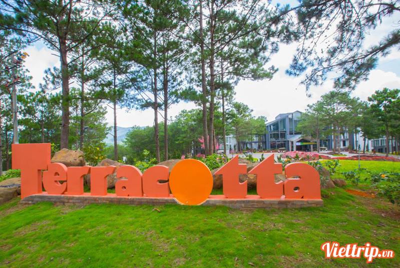 https://s3-ap-southeast-1.amazonaws.com/viettrip/Products/7cccdf4b-44d3-4cde-b7b7-4767a0e0e174/145714_02012018_terracotta-da-lat-resort-viettrip24.jpg