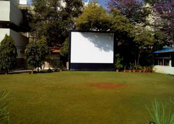 giant-screen-in-lawn-area