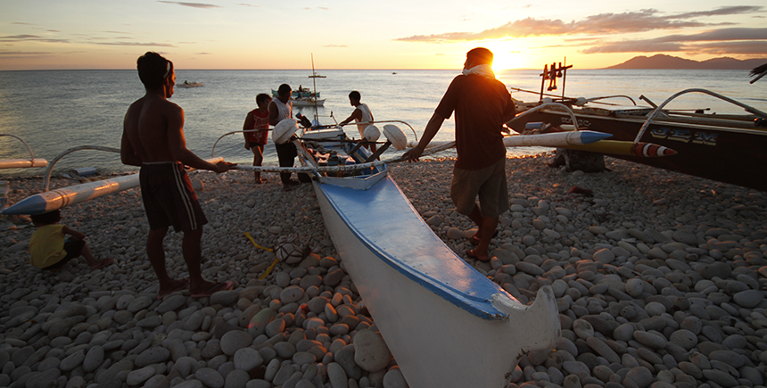 Launching a bangka boat at Mabua Pebble Beach (Photo: Lester Ledesma)