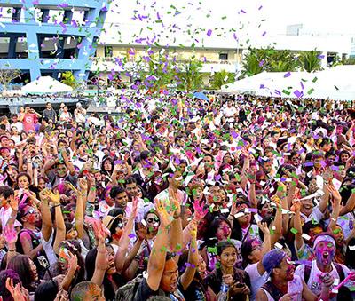 The crowd at Holi Festival (Photo: Richmond Chi)