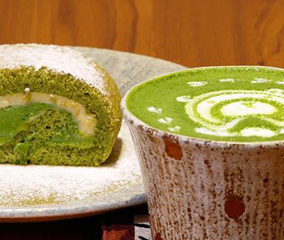 A matcha roll and matcha latte at Rokucyoume