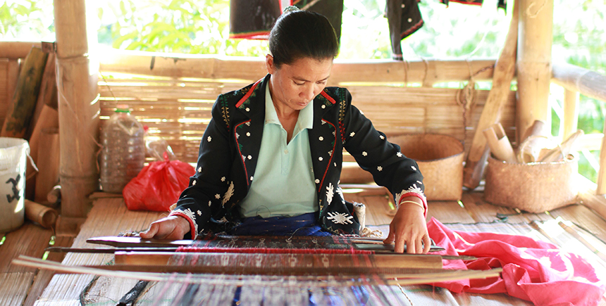 Weaving a piece of t'nalak at the School of Living Traditions