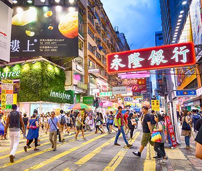 Shopping in Hong Kong (Photo: Tung Cheung / Shutterstock.com)
