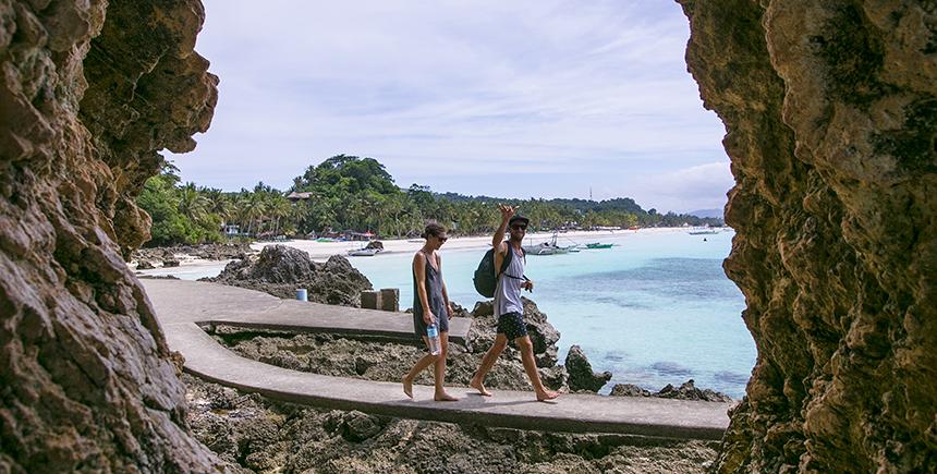 The footpath to Diniwid Beach
