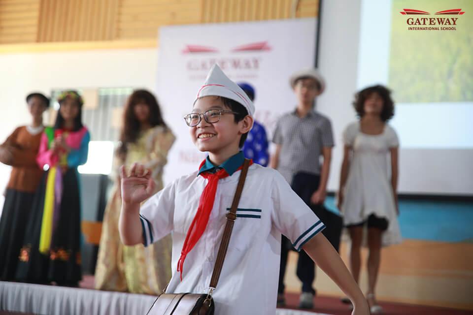 Sáng tạo trong cách thể hiện của học sinh Gateway tại buổi báo cáo Tổng kết Văn-Tiếng Việt THCS