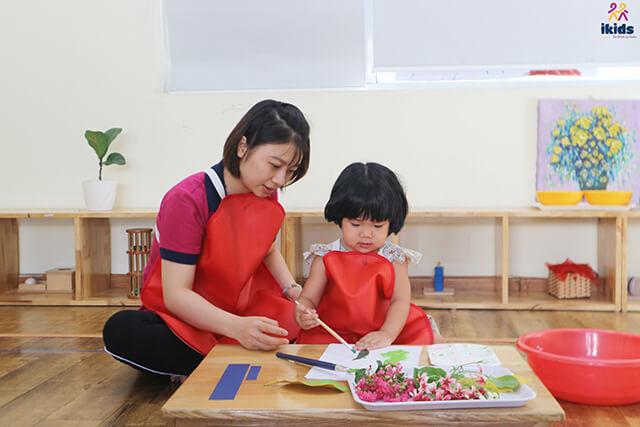 Em bé Montessori có đầy đủ 4 nét tính cách: tính trật tự, tự lập, tập trung và sự kỷ luật.