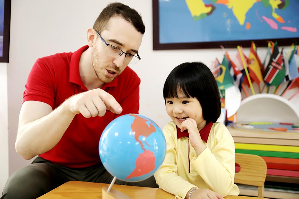 Học sinh Sakura Montessori khám phá những điều thú vị xoay quanh quanh nhiều chủ đề khác nhau cùng giáo viên bản ngữ