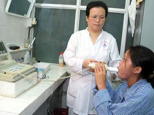 ><figcaption></figcaption></figure></div><ul><ul><li>Xử trí tại bệnh viện: cần rất khẩn trương:</li><ul><li>Thở ô xy mũi 4-8 lít/phút</li><li>Sử dụng thuốc giãn phế quản:</li><ul><li>Salbutamol (ventoline) hoặc terbutaline (bricanyl) dung dịch khí dung 5mg: Khí dung qua mặt nạ 20 phút/lần, có thể khí dung đến 3 lần liên tiếp nếu sau khi khí dung 1 lần chưa có hiệu quả.</li><li>Đánh giá lại tình trạng bệnh nhân sau 3 lần khí dung:</li><li>Nếu hết hoặc đỡ khó thở nhiều: khí dung nhắc lại 4 giờ/lần, kết hợp thêm thuốc giãn phế quản đường uống.</li><li>Nếu không đỡ khó thở: kết hợp khí dung với truyền tĩnh mạch:</li><ul><li>Bricanyl ống 0,5 mg, pha trong dung dịch natri chlorua 0,9% hoặc glucose 5% truyền tĩnh mạch (bằng bơm tiêm điện hoặc máy truyền dịch - nếu có), tốc độ truyền khởi đầu 0,5 mg/giờ (0,1 - 0,2 g/kg/phút), tăng dần tốc độ truyền 15 phút/lần đến khi có hiệu quả (có thể tăng liều đến 4 mg/giờ).</li><li>Hoặc: Salbutamol truyền tĩnh mạch (với liều tương tự Bricanyl) hoặc tiêm dưới da 0,5 mg mỗi 4-6 giờ.<span>Nếu không có salbutamol hoặc bricanyl dạng khí dung, có thể dùng salbutamol dạng bình xịt định liều:</span></li></ul></ul><li>Xịt họng 2 nhát liên tiếp (đồng thời hít vào sâu).</li><li>Nếu sau 20 phút không đỡ khó thở: xịt họng tiếp 2-4 nhát. Trong vòng 1 giờ đầu có thể xịt thêm 2-3 lần (mỗi lần 2-4 nhát) nếu còn khó thở.</li><li>Nếu không có sẵn hoặc không đáp ứng với salbutamol và terbutaline, có thể dùng các thuốc giãn phế quản khác:</li><ul><li>Adrenalin: (một chỉ định rất tốt của adrenalin là cơn hen phế quản có truỵ mạch): Tiêm dưới da 0,3 mg. Nếu không đỡ khó thở, có thể tiêm dưới da nhắc lại 0,3 mg/mỗi 20 phút, nhưng không nên tiêm quá 3 lần.</li><ul><li>Lưu ý: không nên dùng adrenalin ở bệnh nhân già, có tiền sử bệnh tim hoặc bệnh mạch vành, tăng huyết áp.</li></ul><li>Aminophyllin:</li><ul><li>Tiêm tĩnh mạch chậm: 5 mg/kg cân nặng cơ thể, tiêm chậm trong 20 phút. Sau đó, truyền tĩnh mạch liên tục 0,6mg/kg/giờ (không quá 1g/24 giờ).</li><li>Nên 