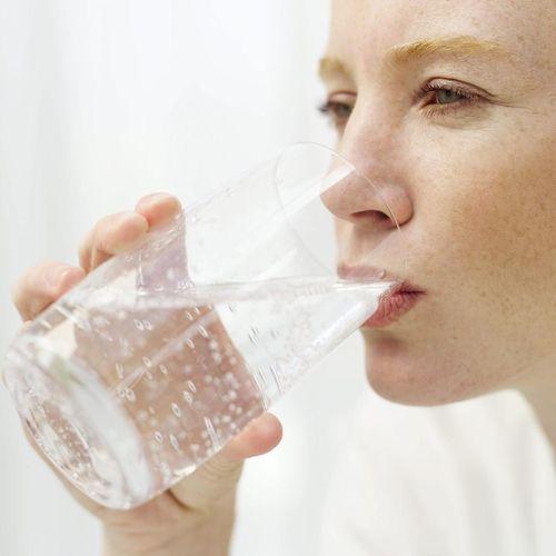 ><figcaption></figcaption></figure></div><h4>Điều chỉnh tình trạng mất nước mạn</h4><ul><li>Đái tháo nhạt nguồn gốc trung ương:</li></ul><p>DDAVP (một chất giống như ADH) là thuốc thường được dùng nhất để điều trị đái tháo nhạt nguồn gốc trung ương.</p><p>Khi so sánh với ADH (vasopressin), DDAVP có thời gian bán thải dài hơn, hầu như không có hoạt tính vận mạch và ít tác dụng phụ hơn. Thuốc có thể được dùng theo đường tiêm, xịt qua niêm mạc mũi hoặc đường uống. Khi được cho theo đường tĩnh mạch hoặc tiêm dưới da, DDAVP có thời gian xuất hiện tác dụng nhanh và thuốc thường được dùng với liều 1-2 mcg x 1-2 lần/ngày. Đường xịt qua mũi có thời gian xuất hiện tác dụng nhanh và có thể được dùng với liều 1-4 xịt/ngày (10mcg cho 1 lần xịt) được chia thành 1-3 lần/ngày. DDAVP uống có thời gian xuất hiện tác dụng sau 30-60 phút và có thể được dùng với liều 0,1-0,4mg x 1-4 lần/ngày, tới liều tối đa là 1,2 mg/ngày. Sử dụng DDAVP đường uống đã được cho thấy là rất hiệu quả, nhưng có thể bị hạn chế ở một số bệnh nhân do tình trạng hấp thu ở ruột có thể thay đổi và tính sinh khả dụng của thuốc bị giảm. Thêm vào đó, chuyển đường dùng từ xịt mũi sang đường tiêm được thực hiện một cách dễ dàng bằng cách làm giảm liều xuống còn 1/10; trái lại, do tính sinh khả dụng có thể thay đổi khi dùng theo đường uống, có thể cần điều chỉnh liều khi chuyển sang hay từ đường uống sang các đường dùng khác.</p><p>Với bệnh nhân ổn định có thể dung nạp được thuốc theo đường uống và các đối tượng có đáp ứng khát bình thường, một phương pháp đơn giản và an toàn để định liều dùng DDAVP đường uống là bắt đầu với liều uống 0,1mg và đánh giá đáp ứng (giảm lượng nước tiểu, tăng áp lực thẩm thấu niệu và giảm khát). Nếu không có đáp ứng, hoặc đáp ứng dưới mức tối đa, sau vài giờ nên tăng liều mỗi lần lên thêm 0,1mg sau mỗi vài giờ tới khi có được đáp ứng thích hợp. Một khi tìm được liều có hiệu quả, nên theo dõi bệnh nhân có bị tái phát lại tình trạng đái nhiều nhược trương hay không (điển hình khi cung lượng n