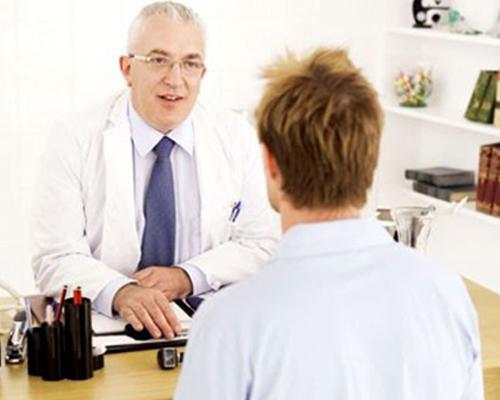 ><figcaption></figcaption></figure></div><h4>Theo dõi bệnh đái tháo nhạt</h4><p>Các bệnh nhân bị đái tháo nhạt nguồn gốc trung ương được điều trị bằng DDAVP bằng phác đồ liều cố định phải được theo dõi để phát hiện tình trạng tăng natri máu. Thỉnh thoảng nên thử ngừng dùng DDAVP để khẳng định bệnh nhân sẽ bị tái phát tình trạng đái nhiều, nồng độ natri máu cần được kiểm tra định kỳ. Tất cả các bệnh nhân bị đái tháo nhạt nguồn gốc trung ương nên được đeo hay mang theo người một biển nhỏ hay phù hiệu cảnh báo về tình trạng bệnh của họ.</p><p>Khi bệnh nhân đái tháo nhạt không có khả năng tự tiếp cận với nguồn nước uống, như có thể gặp trong hoàn cảnh họ bị một bệnh lý cấp cứu nội khoa hay chịu cuộc mổ, các đối tượng này có nguy cơ bị mất nước cao. Trong các tình huống nói trên, cần tiến hành theo dõi sát lượng nước tiểu và nồng độ natri máu của bệnh nhân và DDAVP nên được sử dụng theo kiểu phác đồ chỉ khi cần mới dùng tới khi bệnh nhân ổn định.</p></div></div></div><div class=