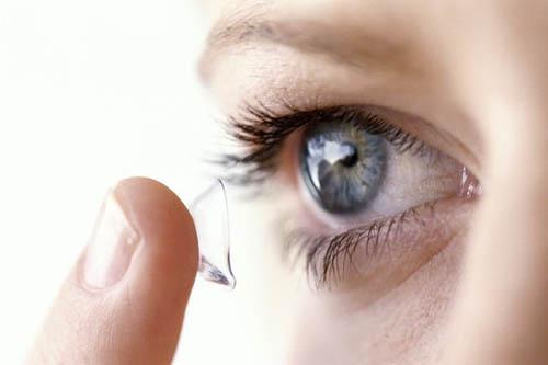 ><figcaption></figcaption></figure></div><p>Khi đồng tử giãn trung bình (3,5-6mm) thì diện tiếp xúc giữa mống mắt và thể thủy tinh tăng lên, lúc này vùng chu biên của mống mắt biến dạng mấp mô và nhô ra trước áp vào góc tiền phòng gây tăng nhãn áp (Chandler - 1952; Chandler và Grant - 1965; Sugar - 1972; Weekers - 1977; Mapstone Rr - 1999...). Ngược lại, khi đồng tử giãn ở mức tối đa (7-8mm), diện tiếp xúc giữa mống mắt và thể thủy tinh ít đi và khi đồng tử co, mống mắt không vồng lên sẽ không còn hiện tượng nghẽn đồng tử.</p><h4>Cơ chế tăng nhãn áp do nghẽn góc</h4><p>Do hiện tượng nghẽn đồng tử, thủy dịch bị cản trở không lưu thông được từ hậu phòng ra tiền phòng sẽ ứ lại và làm tăng áp lực hậu phòng, chân mống mắt sẽ bị đẩy ra trước và áp vào vùng bè củng giác mạc sẽ gây đóng góc và tăng nhãn áp. Lúc đầu góc tiền phòng chỉ đóng mà chưa dính góc (đóng cơ năng), quá trình đóng góc kéo dài sẽ dẫn đến dính góc (đóng thực thể)... Ở giai đoạn này góc tiền phòng sẽ không mở ra được cho dù có can thiệp bằng thuốc, bằng laser hay bằng phẫu thuật.</p></div></div><div class=