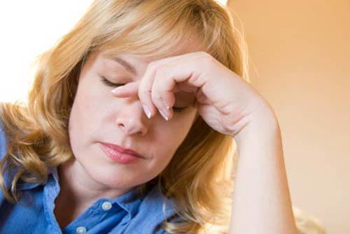 ><figcaption></figcaption></figure></div><h4>Triệu chứng khách quan</h4><p>Mi phù nề, mắt đỏ, kết mạc cương tụ mạnh ở rìa và toàn bộ kết mạc có thể chảy nước mắt và sợ ánh sáng.</p><p>Giác mạc phù nề, có thể có bọng biểu mô và nếp gấp của Descemet. Tiền phòng nông, giảm tính chất trong suốt. Đồng tử giãn méo, mất phản xạ, có chỗ bờ đồng tử dính với mặt trước thể thủy tinh. Mống mắt cương tụ, mất tính chất xốp, tới giai đoạn sau thì thoái hóa mống mắt từng mảng. Bờ đồng tử mất viền sắc tố hoặc từng mảng. Thể thủy tinh mờ đục, có thể rạn bao thể thủy tinh hoặc có bụi sắc tố bám vào mặt trước thể thủy tinh. Dịch kính phù nề không còn tính chất trong suốt.</p><p>Đáy mắt không xem được hoặc chỉ xem lờ mờ do môi trường trong suốt bị phù nề, trường hợp xem được đáy mắt có thể thấy trung tâm võng mạc dập, có thể thấy xuất huyết từng đám trên võng mạc, gai thị cương tụ. Nếu không được điều trị, gai thị sẽ teo gai.</p></div></div><div class=