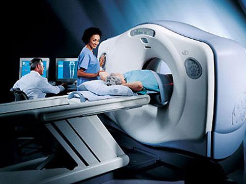 ><figcaption></figcaption></figure></div><ul><ul><li><span>X-quang:</span></li><ul><li>Bóng tim có thể to do hậu quả của tăng huyết áp.</li><li>X-quang xương có thể xẹp đốt sống, gẫy xương sườn.</li><li>X-quang bụng có thể thấy sỏi niệu.</li></ul><li>Điện tâm đồ: có thể thấy dấu hiệu dày thất, thiếu máu cơ tim, hạ kali máu.</li></ul><li>Các phương pháp thăm dò hình thể tuyến nội tiết:</li><ul><li>X-quang hố yên: bình thường kích thước hố yên là 1 x 1,2cm, mỏm yên trước và sau rõ nét. Bệnh nhân u tuyến yên có hố yên rộng và teo mỏm yên. Tuy nhiên tỷ lệ này là thấp.</li><li>Chụp cắt lớp vi tính sọ não (CT Scanner) và chụp cộng hưởng từ hạt nhân sọ não (MRI). Các kỹ thuật này cho phép đo kích thước u, tìm sự lan tỏa từ hố yên sang hai bên, tăng khả năng phát hiện các khối u nhỏ.</li><li>Bơm hơi sau phúc mạc là phương pháp thăm dò chảy máu cổ điển có tác dụng phát hiện khối u tuyến thượng thận và sự di lệch đài bể thận do khối u gây ra khi kết hợp với chụp UIV.</li><li>Siêu âm tuyến thượng thận thường bị hạn chế do nhiều hơi ở ruột, dạ dày, bệnh nhân béo bụng, đối với khối u nhỏ hơn 2cm rất khó phát hiện. Tuy nhiên đây là một phương pháp an toàn, dễ áp dụng.</li><li>Chụp CT Scanner tuyến thượng thận giúp chẩn đoán chính xác khối u thượng thận tới 90% các trường hợp.</li><li>MRI cho biết cấu trúc cơ bản của tuyến thượng thận và có thể phát hiện sớm tổn thương vỏ thượng thận.</li></ul></ul></div></div><div class=