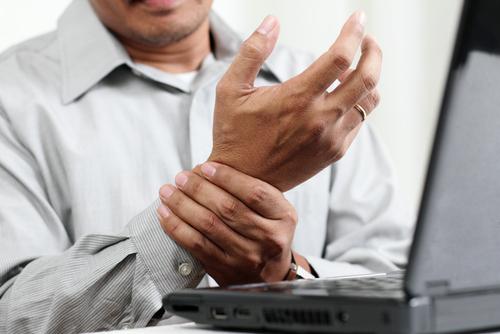 ><figcaption></figcaption></figure></div><ul><li><span>Các tình trạng như nhược giáp và thấp khớp có thể làm tăng số lượng mô trong ống cổ tay, hoặc tình trạng sưng trong lúc có thai có thể làm hẹp cấu trúc của ống.</span></li><li>Chấn thương hoặc gai xương cổ tay, sự sưng bao hoạt dịch có thể làm giảm diện tích ống cổ tay. Nguyên nhân phổ biến gây sưng bao hoạt dịch là các cử động nặng và lặp đi lặp lại của ngón tay và bàn tay, đặc biệt là sự hoạt động của cổ tay trong các tư thế không thuận tiện.</li><li>Tình trạng tiểu đường làm tăng sự nhạy cảm của thần kinh, có thể làm thần kinh giữa tăng sự nhạy cảm đối với áp lực.Hút thuốc và béo phì làm nặng thêm các triệu chứng của hội chứng ống cổ tay.<div><span>Bệnh nhân có cảm giác đau lan xuống ngón cái, trỏ, giữa và nửa trong của ngón tay đeo nhẫn, họ cũng cảm thấy tê giống như kiến bò hoặc kim châm. Một số bệnh nhân có thể thấy đau lan cổ tay, lòng bàn tay hoặc cẳng tay, nhất là về đêm. Cảm giác đau và tê đôi khi cũng lan lên cẳng tay dẫn đến khó cầm nắm. Bệnh nhân thường phải lắc bàn tay để bớt khó chịu.</span></div></li></ul></div></div><div class=