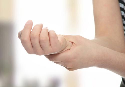 ><figcaption></figcaption></figure></div><h4><span>Phẫu thuật</span></h4><p>Phẫu thuật cũng là một phương pháp đề điều trị hội chứng ống cổ tay. Phương pháp này được dùng để điều trị cho những bệnh nhân mắc hội chứng ống cổ tay do rối loạn chức năng hoặc tình trạng không cải thiện sau 12 tháng điều trị bảo tồn. Phẫu thuật gồm việc cắt dây chằng ngang cổ tay, mở rộng ống cổ tay và làm giảm áp lực tác động lên thần kinh giữa. Phẫu thuật thường thành công tuy nhiên trong một số trường hợp không làm giảm tê hoặc đau.</p><p>Việc chẩn đoán sớm các nguyên nhân tiềm ẩn giúp cho việc cải thiện các triệu chứng và ngăn chặn sự tổn thương vĩnh viễn của thần kinh giữa được tốt hơn.</p></div></div></div><div class=