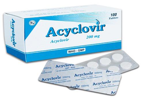 ><figcaption></figcaption></figure></div><p>Dùng toàn thân: acyclovir; valaciclovir; famciclovir, isopreinosine. Nếu có bội nhiễm (có sốt, xét nghiệm bạch cầu tăng, nhuộm soi dịch tiết có vi khuẩn...) thì uống hoặc tiêm kháng sinh kết hợp với thuốc kháng virut. Nếu tổn thương đau nhiều thì nên kết hợp với thuốc giảm đau.</p><p>Dùng tại chỗ: mỡ acyclovir 5% hoặc kem penciclovir 1%, bôi 5 lần/ngày. Docosanol kem 10% bôi 5 lần/ngày cho đến khi lành đối với người lớn và trẻ em trên 12 tuổi.</p><p>Tất cả bệnh nhân được chẩn đoán Herpes sơ phát cần được cho thuốc uống càng sớm càng tốt và tư vấn về nguy cơ tái phát, cách làm giảm tái phát. Mục đích của trị liệu thuốc chống virut để điều trị hoặc làm giảm các triệu chứng; đề phòng các di chứng và HSV tái hoạt tính. Thầy thuốc không chỉ điều trị triệu chứng bệnh mà còn quan tâm đến những ảnh hưởng tâm lý.</p></div></div></div><div class=