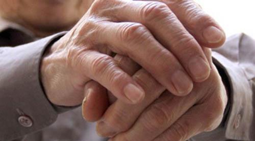 ><figcaption></figcaption></figure></div><h4><span>Khác biệt với Parkinson</span></h4><p>Chứng run vô căn và bệnh Parkinson có sự khác nhau ở 3 điểm cơ bản:</p><ul><li>Run vô căn (điển hình) xảy ra run tay khi bàn tay làm việc, còn run do Parkinson rõ rệt nhất là khi bàn tay buông thõng hoặc khi đặt tay trên lòng, run khi nghỉ ngơi, run nhỏ (4-8 lần trong 1 giây).</li><li>Run vô căn không gây ảnh hưởng đến các vấn đề về sức khỏe nói chung và hoàn toàn không ảnh hưởng tới tuổi thọ, trong khi đó bệnh Parkinson thường đi kèm với tư thế gù, giảm chuyển động vung tay khi đi bộ, chi cứng, cử động chậm hoặc bị giảm trí nhớ.</li><li>Run vô căn có thể bao gồm cả tay, đầu và lưỡi còn bệnh Parkinson chỉ run tay mà không ảnh hưởng đến đầu. Bệnh nhân Parkinson thường không có tiền sử gia đình và triệu chứng run của bệnh này không cải thiện với rượu. Có nghĩa là khi run vô căn mà uống một chút rượu thì có thể giảm run, tuy vậy người bị run vô căn không được lạm dụng vì có nguy cơ sẽ nghiện rượu, mà khi nghiện rượu thì còn nguy hiểm hơn.</li></ul></div></div><div class=