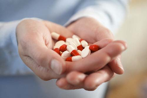 ><figcaption></figcaption></figure></div><ul><li>Aspirin: Nếu bị sa van hai lá và có tiền sử cá nhân hoặc gia đình bị đột quỵ, bác sĩ có thể kê đơn dùng aspirin để giảm nguy cơ đông máu.</li><li>Thuốc chống đông máu (chất làm loãng máu): Những loại thuốc này - warfarin (Coumadin) thường được dùng để phòng ngừa đông máu. Nếu có rung nhĩ, có tiền sử suy tim hoặc đột quỵ, bác sĩ có thể chỉ định những loại thuốc này. Thuốc có thể có tác dụng phụ nguy hiểm, tuy nhiên, và phải tuân chủ chính xác theo chỉ định của bác sĩ.</li></ul><h4><span>Phẫu thuật</span></h4><p>Mặc dù hầu hết những người bị sa van hai lá không cần phẫu thuật, bác sĩ có thể đề nghị phẫu thuật nếu có hở nặng van hai lá có hoặc không có triệu chứng. Van hai lá hở nặng cuối cùng có thể gây suy tim, ngăn chặn bơm máu hiệu quả. Nếu hở quá nặng, có thể là quá yếu để phẫu thuật.<span>Bác sĩ phẫu thuật có thể đưa ra hai lựa chọn chính, sửa chữa hoặc thay van hai lá. Cả hai, sửa chữa và thay van đều cần phẫu thuật tim mở. Cả hai thủ thuật cần nhiều thời gian hồi phục.</span></p><ul><li>Sửa chữa van: Sửa chữa van là một phẫu thuật bảo tồn van. Đối với hầu hết những người bị sa van hai lá, đây là điều trị phẫu thuật thích hợp.<div><span>Van hai lá bao gồm hai cánh hình tam giác. Các van hai lá kết nối đến cơ tim thông qua một chiếc nhẫn được gọi là vành. Các bác sĩ phẫu thuật có thể tạo hình van để loại bỏ dòng máu chảy ngược. Bác sĩ phẫu thuật cũng có thể sửa chữa bằng cách kết nối lại van hoặc loại bỏ mô van dư thừa để các lá van có thể đóng chặt. Đôi khi sửa chữa van bao gồm thắt hoặc thay thế vòng xung quanh van. Đây được gọi là tạo hình vòng. Điều quan trọng là đảm bảo bác sĩ phẫu thuật có nhiều kinh nghiệm trong việc thực hiện sửa chữa van hai lá.</span></div></li></ul><ul><li>Thay van: Thay van được thực hiện khi không thể sửa chữa van. Trong phẫu thuật thay van, van hai lá bị hư hỏng được thay thế bằng một van nhân tạo. Hai loại van nhân tạo là cơ học và mô.<p>Van cơ học có thể tồn tại một thời gian dài. T
